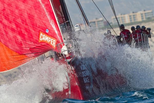 Camper leder Volvo Ocean Race. Men det er 6500 nm igjen. Foto: Ian Roman