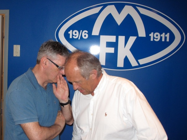 Rolf Nereng fra Burson Marsteller hvisker et par ord i øret på Aker ASAs Atle Kigen.