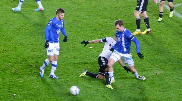 Her felles Jo Inge Berget. Og snipp, snapp, snute ... Molde FK får straffespark, som Magne Hoseth setter i mål... Alle bilder: Odd Roar Lange