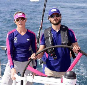 Prins Carl Philip gjestet den svenske jentebåten hvor Sam Davies er skipper. Foto: fra Team SCAs hjemmeside