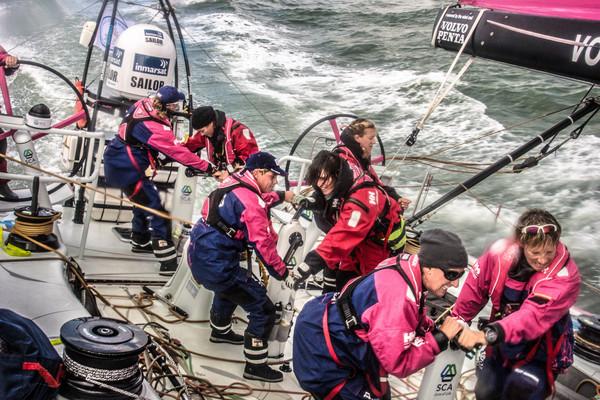 Den svenske jentebåten Team SCA har norsk navigatør på land. Aksel Magdahl tilhører støtteapparatet rundt båten. Foto: Volvo Ocean Race